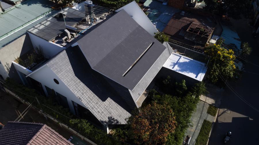 """Ngôi nhà với mái hiên đón nắng đậm chất """"thiền"""" giữa thành phố - Ảnh 1"""