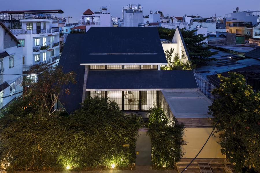 """Ngôi nhà với mái hiên đón nắng đậm chất """"thiền"""" giữa thành phố - Ảnh 2"""