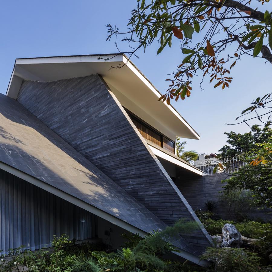 Ngôi nhà như một khối kiến trúc kỳ lạ ẩn hiện giữa thiên nhiên.