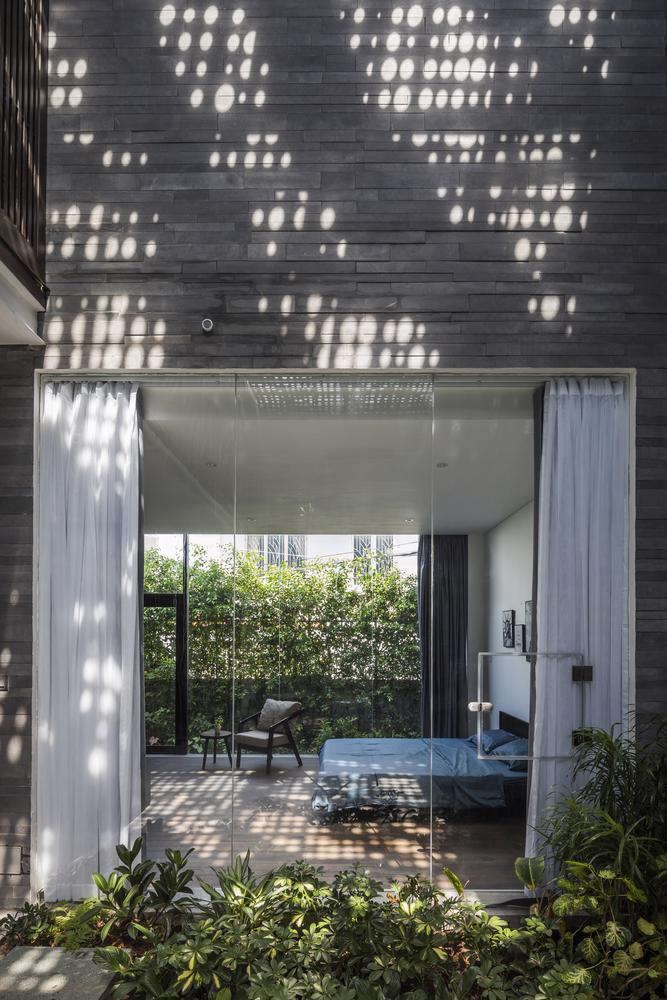 """Ngôi nhà với mái hiên đón nắng đậm chất """"thiền"""" giữa thành phố - Ảnh 6"""