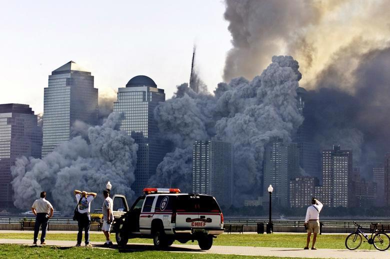 Nhiều tòa nhà xung quanh WTC cũng bị phá hủy do hai tòa tháp sụp đổ - Ảnh: Reuters