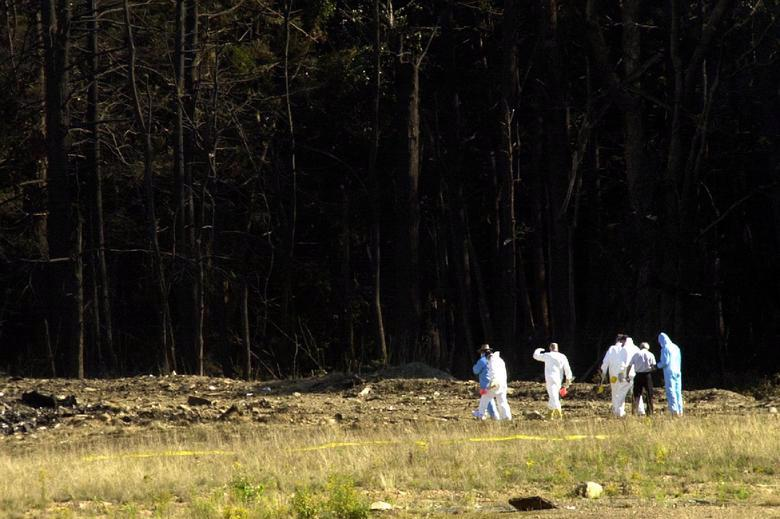Các nhà điều tra tiến vào khu vực nơi chiếc máy bay bị không tặc cướp rơi gần Somerset, bang Pennsylvania - Ảnh: Reuters