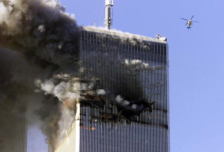 Tòa nhà bốc cháy trong vụ tấn công - Ảnh: Reuters
