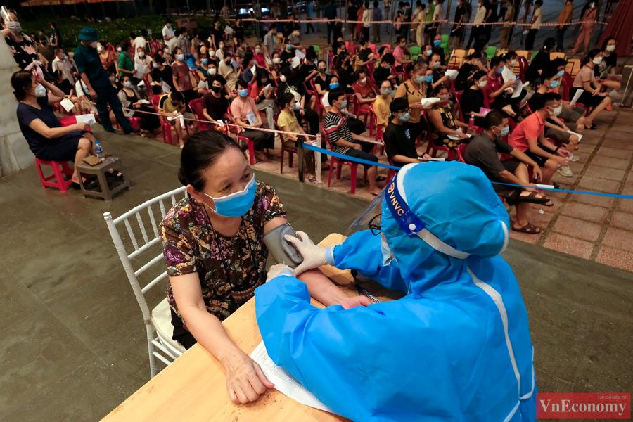 Quận Hoàn Kiếm, Hà Nội đang tập trung lực lượng y bác sỹ, nhân viên y tế... triển khai đợt cao điểm xét nghiệm diện rộng và tiêm vaccine phòng Covid-19 cho toàn dân, trong đó có nhóm người cao tuổi.