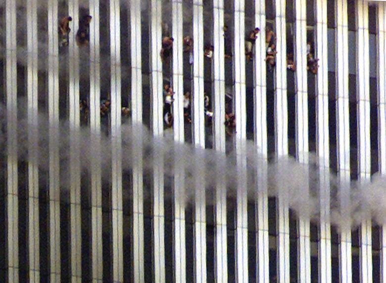 Những người bên trong tòa tháp của WTC nhìn ra từ tòa nhà đang cháy - Ảnh: Reuters