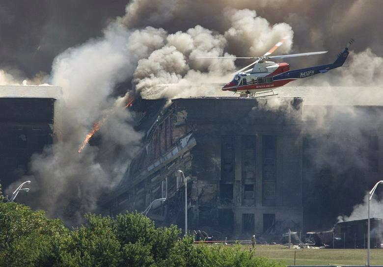 Máy bay trực thăng cứu hộ khảo sát thiệt hại tại Lầu Năm Góc sau vụ tấn công - Ảnh: Reuters