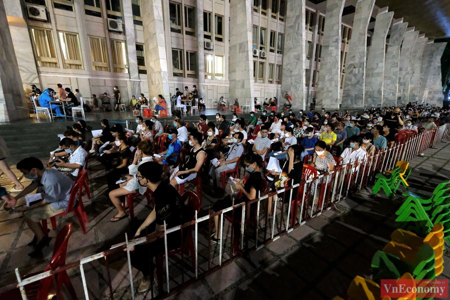 Hàng ngàn người dân tiêm vaccine xuyên đêm giữa trung tâm Hà Nội - Ảnh 1