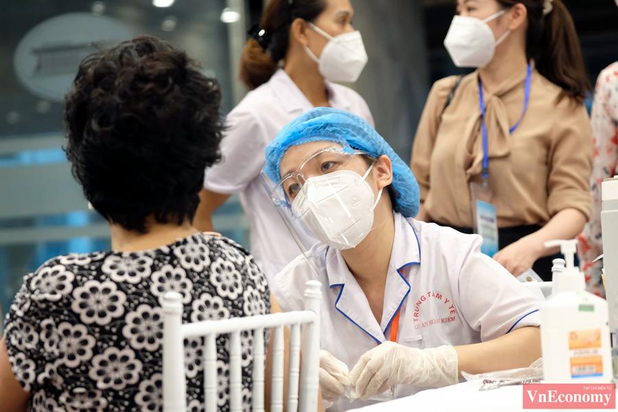 Người dân đến tiêm chủng được yêu cầu sát khuẩn tay, kiểm tra thân nhiệt theo đúng quy định. Việc đón tiếp, phân luồng cũng được chú trọng nên không xảy ra tình trạng người dân chen lấn, vi phạm nguyên tắc 5K.