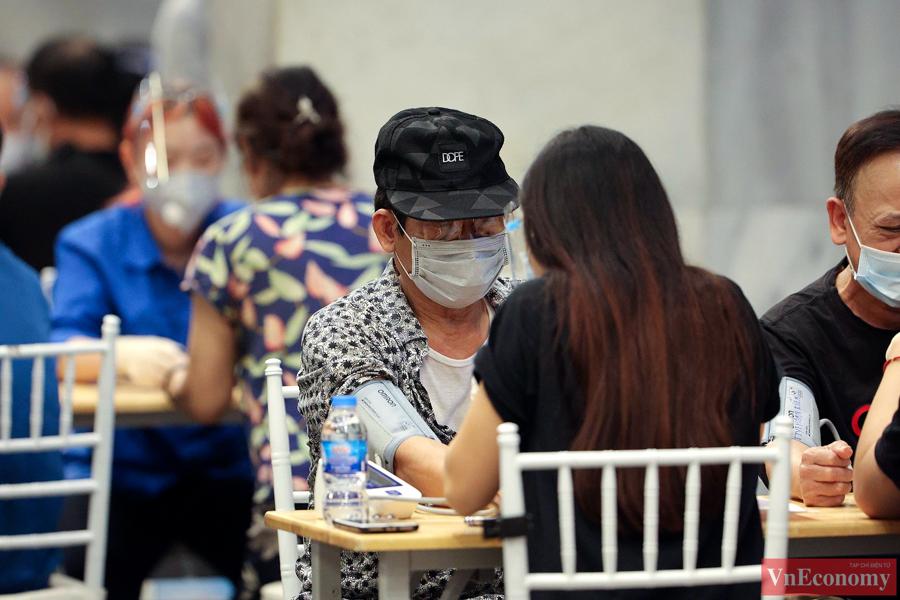 Theo ghi nhận của phóng viên, đến hơn 22h tối ngày 10/9, vẫn có rất đông người dân đến tiêm vaccine Covid-19.