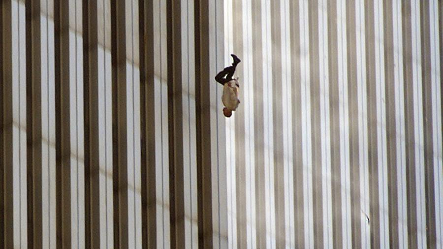 """Bức ảnh """"Falling Man"""" ghi lại cảnh một người đàn ông rơi xuống từ WTC do phóng viên AP chụp lại - Ảnh: AP"""