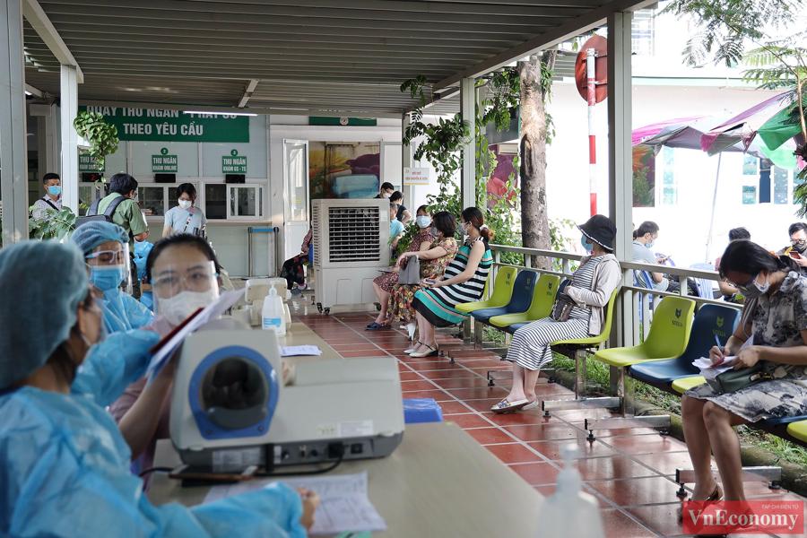 Hàng trăm thai phụ Hà Nội đã được tiêm vaccine Pfizer sáng nay - Ảnh 2