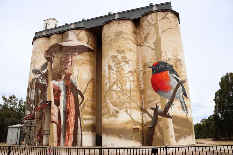Thông thường, các nghệ sĩ phải mất hai đến ba tuần để vẽ trên những chiếc silo hàng trăm tuổi này.