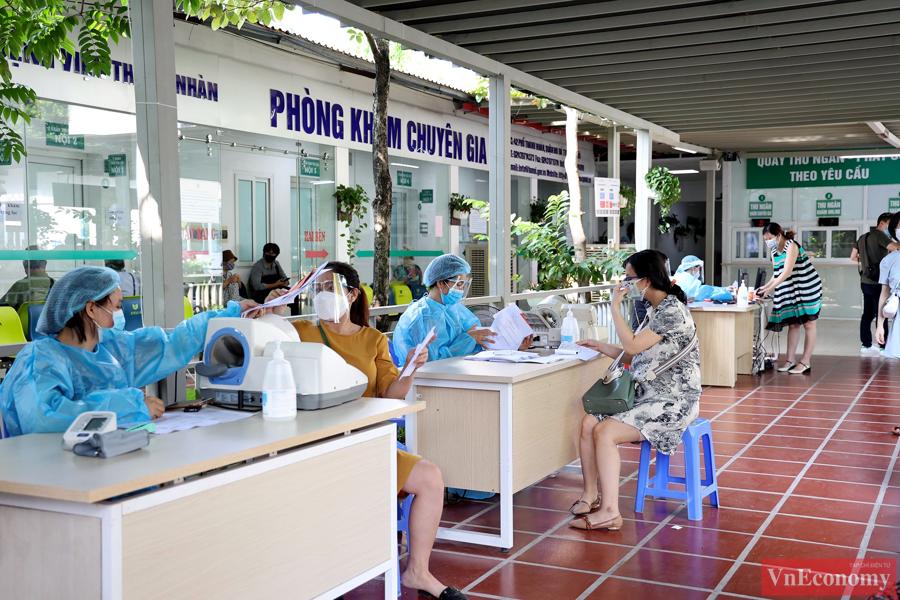 Bác sĩ Trần Quyết Thắng, Trưởng khoa sản 1, Bệnh viện Thanh Nhàn, cho biết chủ động phòng bệnh với nhóm phụ nữ mang thai là rất cần thiết, tiêm vaccine là cách bảo vệ cả mẹ và bé.