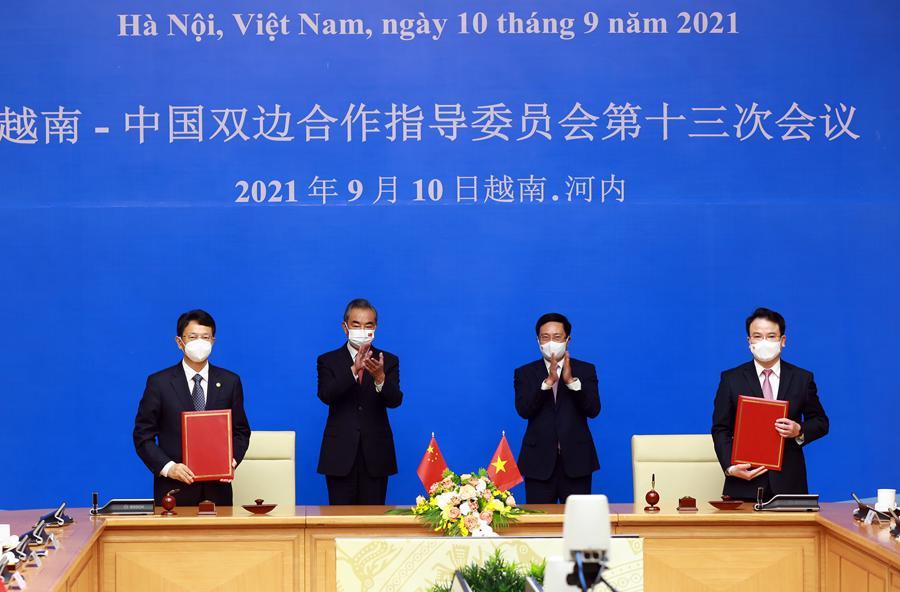 Phó Thủ tướng Thường trực Chính phủ Phạm Bình Minh và Ủy viên Quốc vụ, Bộ trưởng Bộ Ngoại giao Trung Quốc Vương Nghị chứng kiến lễ ký kết.