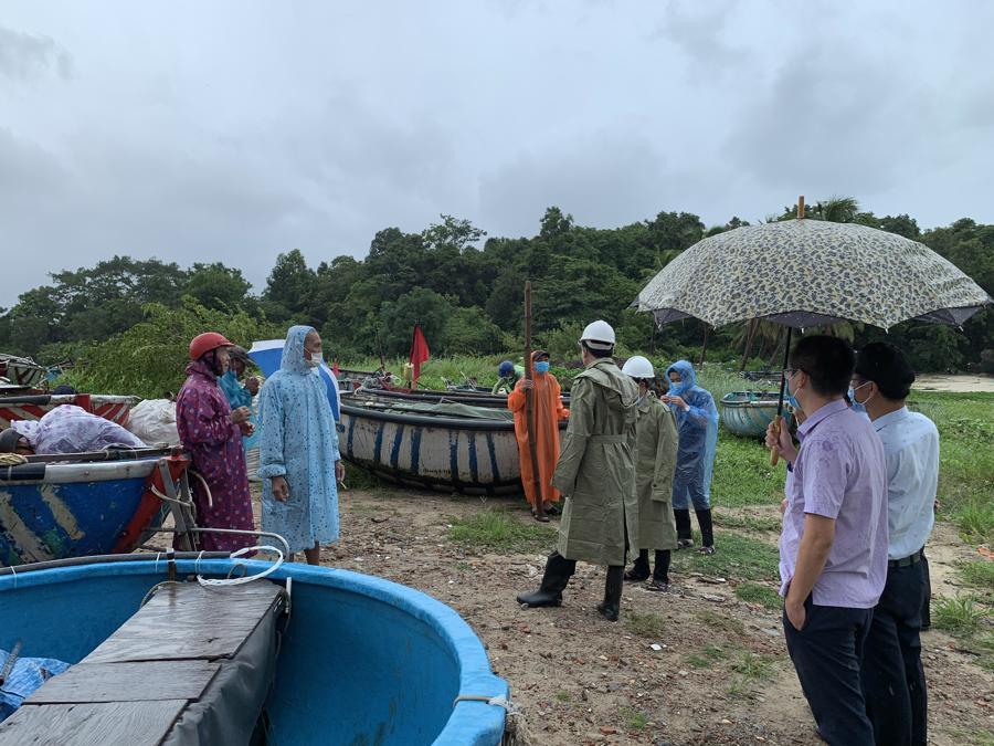 Đốc thúc kêu gọi ngư dân lên bờ trước cơ bão số 5 ở Đà Nẵng.