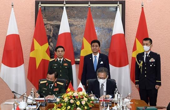 Hai Bộ trưởngchứng kiến lễ ký Thỏa thuận chuyển giao thiết bị và công nghệ quốc phòng Việt Nam - Nhật Bản - Ảnh: VGP