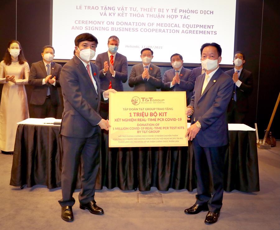 Ông Đỗ Quang Hiển, Chủ tịch Hội đồng Quản trị kiêm Tổng giám đốc Tập đoàn T&T Group (bên phải) trao tặng 1 triệu bộ kit xét nghiệm Realtime RT-PCR nhằm phục vụ cho công tác phòng, chống dịch Covid-19 tại Việt Nam.