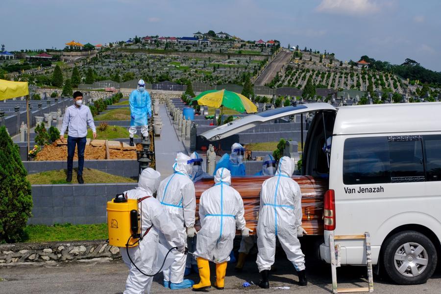 Chôn cất một bệnh nhân Covid tử vong ở Selangor, Malaysia, hôm 30/8 - Ảnh: Bloomberg.