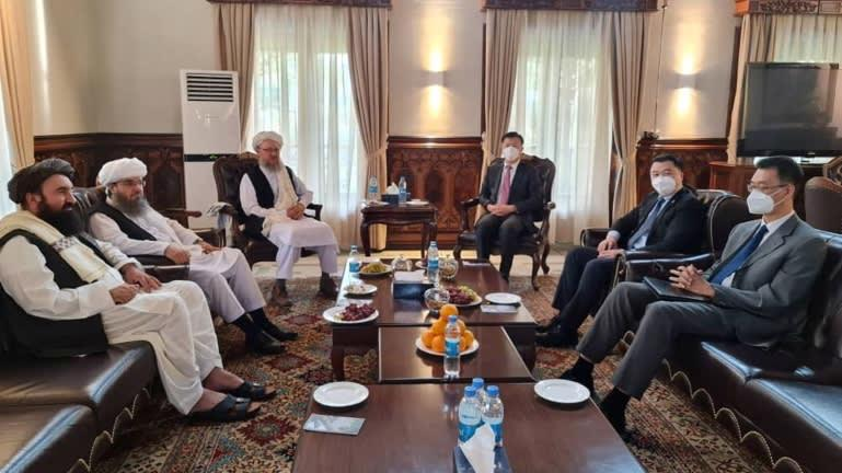 Abdul Salam Hanafi (bên trái), Phó văn phòng chính trị của Taliban, gặp gỡ các nhà ngoại giao cấp cao của Trung Quốc tại Kabul vào ngày 9/9 - Ảnh: Reuters