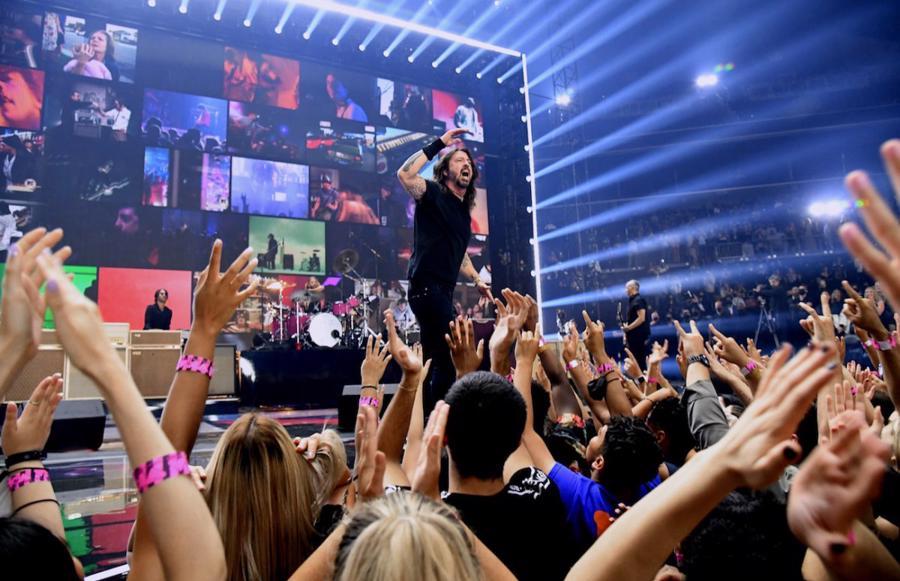 Nhà thi đấu Brooklyn's Barclays Center chật cứng khán giả trong lễ trao giải mừngsinh nhật 40 tuổi của MTV.
