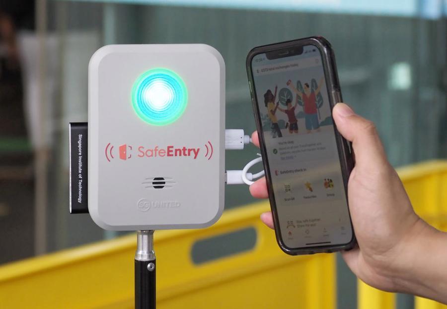 Ứng dụngTraceTogether được khai báo bắt buộc để truy vết tự động tại điểm quét SafeEntry khi ra/vào trung tâm thương mại.