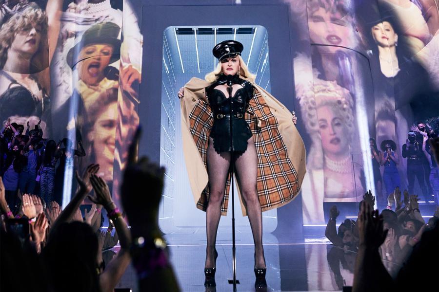 Ngôi sao nhạc pop 63 tuổi cởi áo choàng sang chảnh, để lộ chiếc váy da siêu ngắn màu đen.