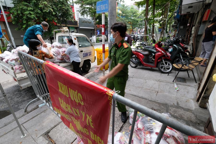 Trong ngày hôm nay (15/9), chính quyền tổ chức trao tặng 410 suất quà đến cho toàn bộ các hộ dân trong khu vực phong tỏa cách ly ở ngõ Trung Tả và ngõ Hồ Văn Chương.