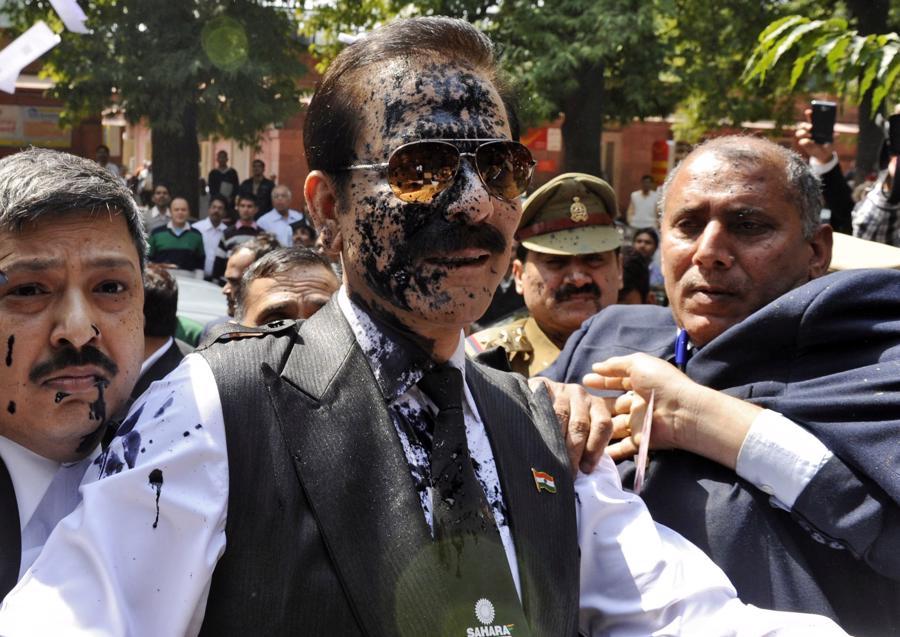 Chủ tịch tập đoàn Sahara Subrata Roy bị ném mực vào người khi đến Tòa án Tối cao ở New Delhi năm 2014 - Ảnh: Reuters