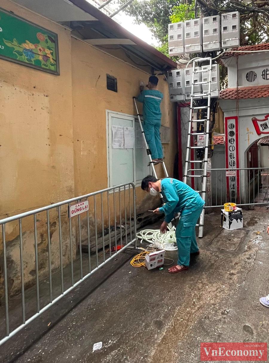 Để nắm tình hình người dân trong khu vực phong tỏa, chính quyền phường còn lắp đặt 8 mắt camera trong ngõ Trung Tả, ngõ Hồ Văn Chương, việc này cũng được tiến hành ngay từ ngày 15/9.