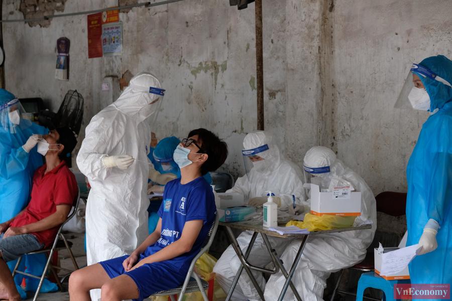 Ngoài ra, UBND quận còn tổ chức trạm y tế lưu động ngay trong khu vực cách ly, việc này đảm bảo người dân luôn được chăm sóc sức khỏe trong khu vực phong tỏa.