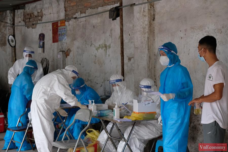 Trong chiều nay, nhân viên y tế quận Đống Đa đang khẩn trương hoàn thành việc lấy mẫu cho các trường hợp liên quan đến ca dương tính tại phường Thổ Quan.