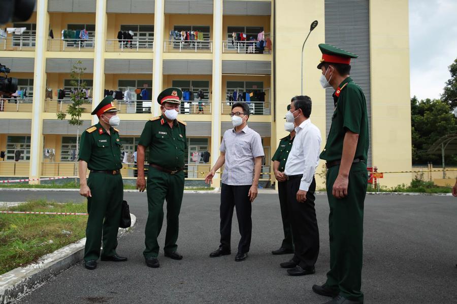 Phó Thủ tướng Vũ Đức Đam kiểm tra Bệnh viện dã chiến số 5B đặt tại Trung tâm Giáo dục quốc phòng và An ninh tỉnh Bình Dương. Ảnh - VGP.
