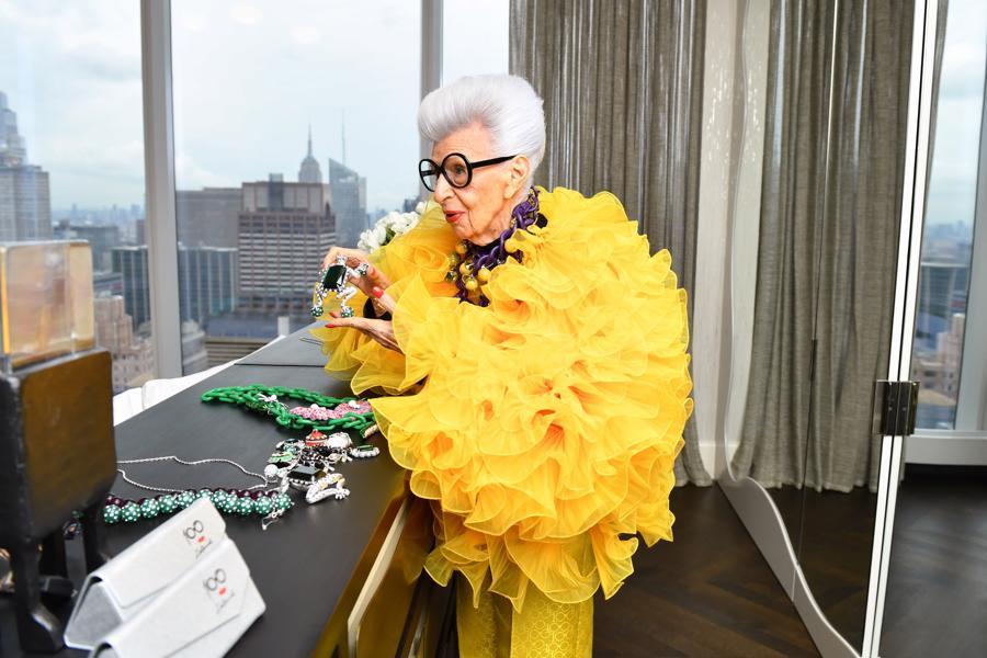Iris Apfel là một doanh nhân tự thân, nhà trang trí nội thất, nhà thiết kế thời trang và là biểu tượng thời trang của thế giới.