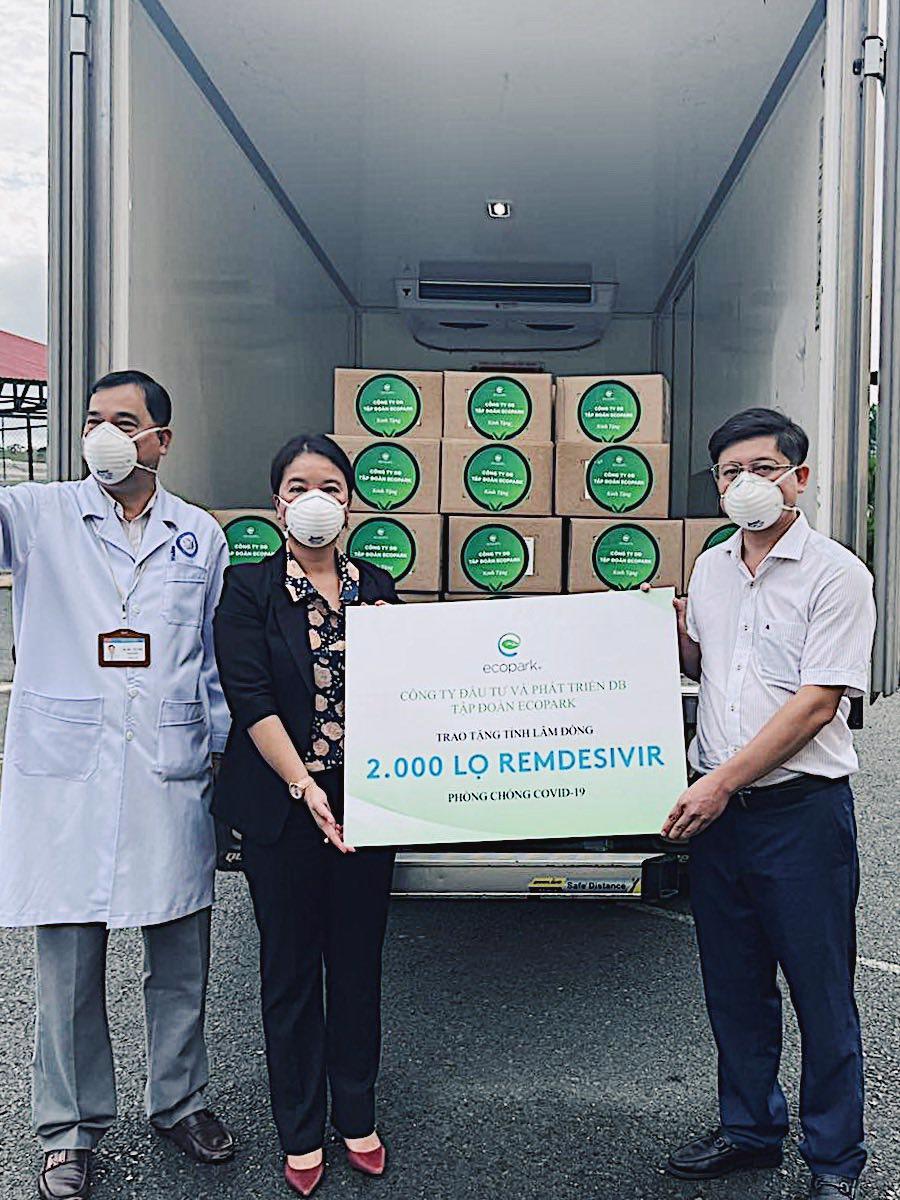 Đại diện Sở Y tế tỉnh Lâm Đồng nhận thuốc tài trợ từ Ecopark.