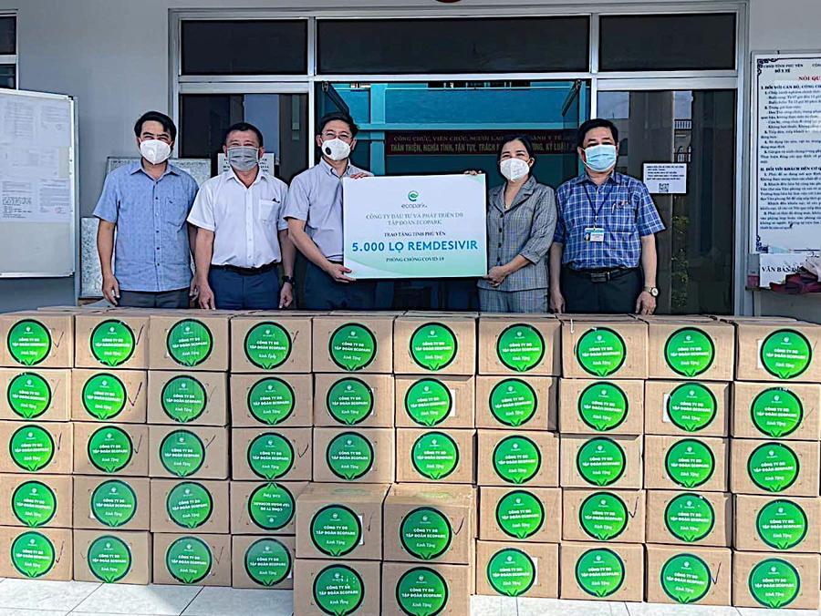 Đại diển Sở Y tế Phú Yên nhận thuốc từ đại diện tập đoàn Ecopark.