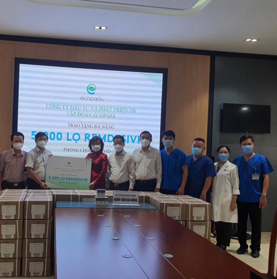 Chủ tịch và Bí thư Thành phố Đà Nẵng nhận thuốc do Ecopark trao tặng.