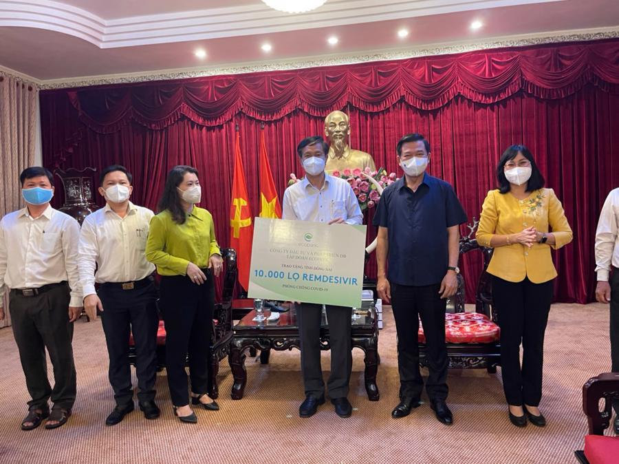 Bí thư tỉnh uỷ Đồng Nai Nguyễn Hồng Lĩnh và lãnh đạo UBND tỉnh, lãnh đạo Mặt trận tổ quốc tỉnh Đồng Nai tại buổi lễ trao tặng thuốc Remdesivir của Công ty DB - Tập đoàn Ecopark.