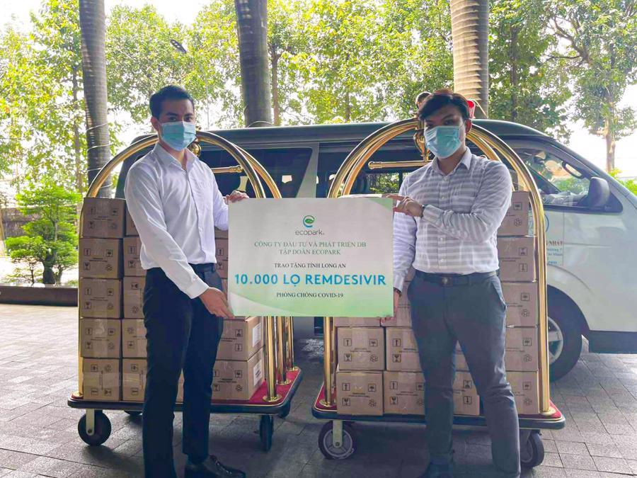 Đại diện Sở Y tế Long An nhận thuốc từ Ecopark.