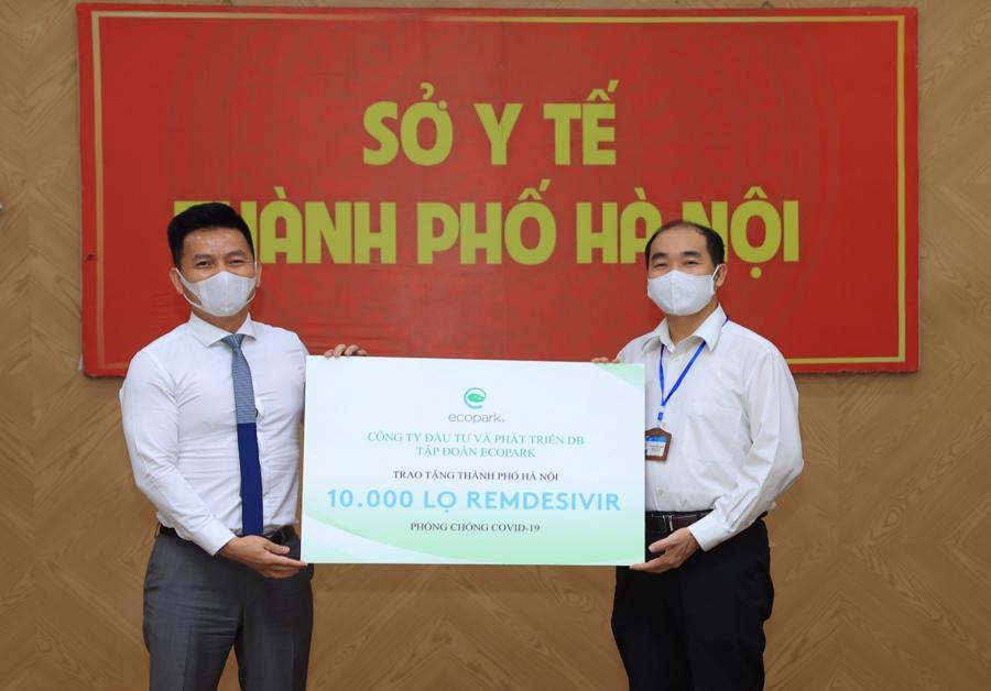 Tại khu vực Phía Bắc, Sở Y tế Hà Nội đã nhận được 10.000 lọ thuốc do Ecopark trao tặng.