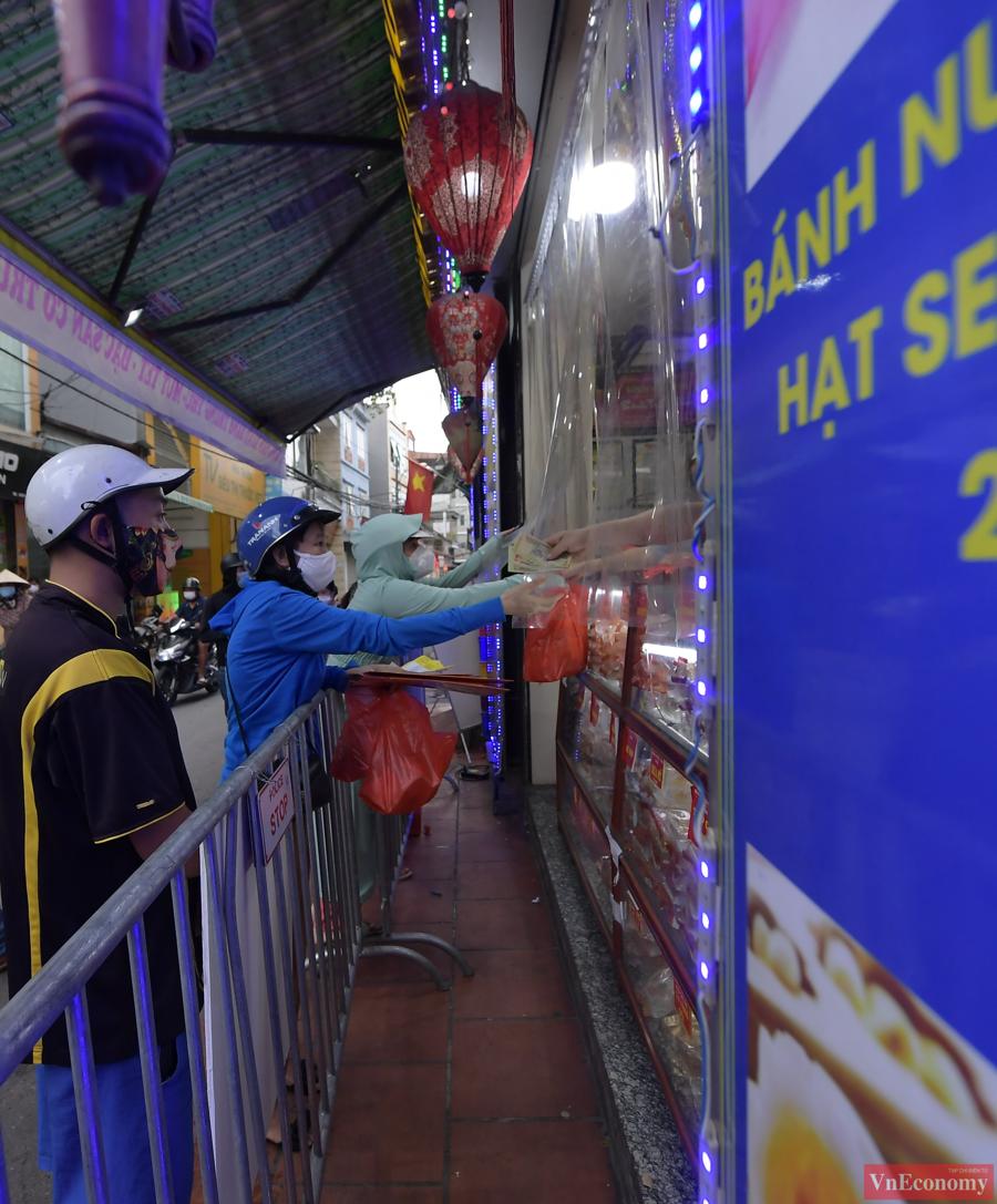 """Người dân Hà Nội xếp hàng giãn cách đợi mua bánh Trung thu tại """"vùng xanh"""" - Ảnh 5"""