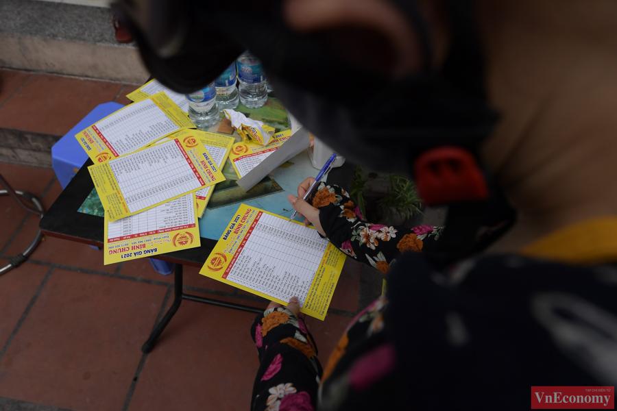 """Người dân Hà Nội xếp hàng giãn cách đợi mua bánh Trung thu tại """"vùng xanh"""" - Ảnh 3"""