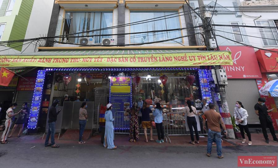 Những ngày này,khá đông người dân xếp hàng dài tại cơ sở bánh trung thu trên đường Xuân Đỉnh để mua các sản phẩm bánh truyền thống phục vụ cho ngày Rằm tháng 8.
