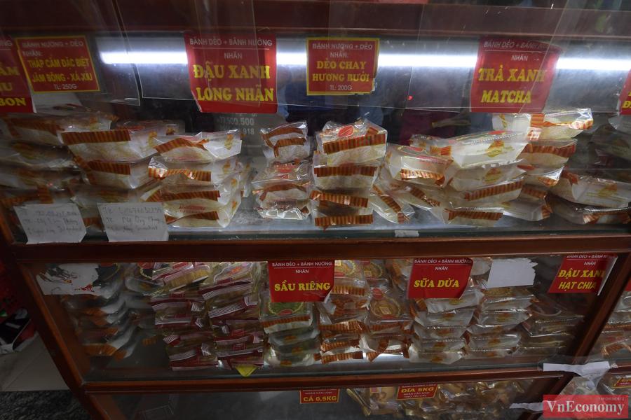 Người dân xem menu danh sách các loại bánh của cửa hàng và ghi những thông tin từng loại bánh cần mua, số lượng... vào phiếu và bỏ lại trong giá đựng rồi đợi đến lượt nhận bánh.