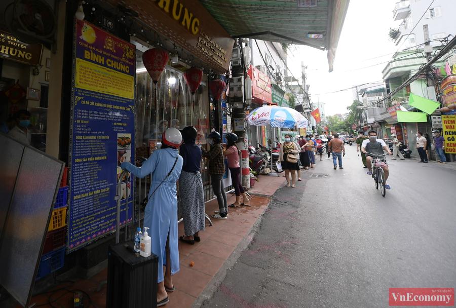 """Người dân Hà Nội xếp hàng giãn cách đợi mua bánh Trung thu tại """"vùng xanh"""" - Ảnh 1"""