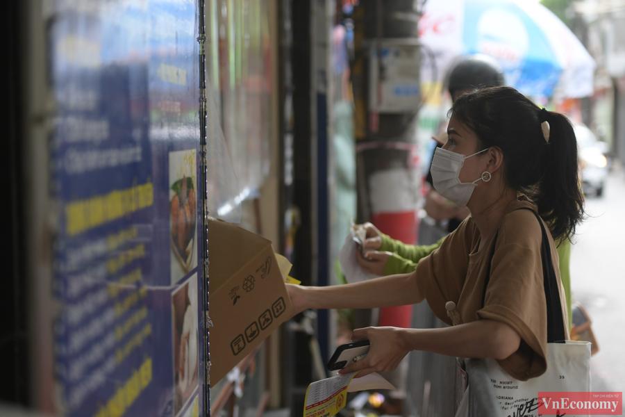 Theo chủ cửa hàng, giá bán bánh trung thu năm nay không tăng. Giá bánh thấp nhất là 20 nghìn đồng, cao nhất là 80 nghìn đồng.