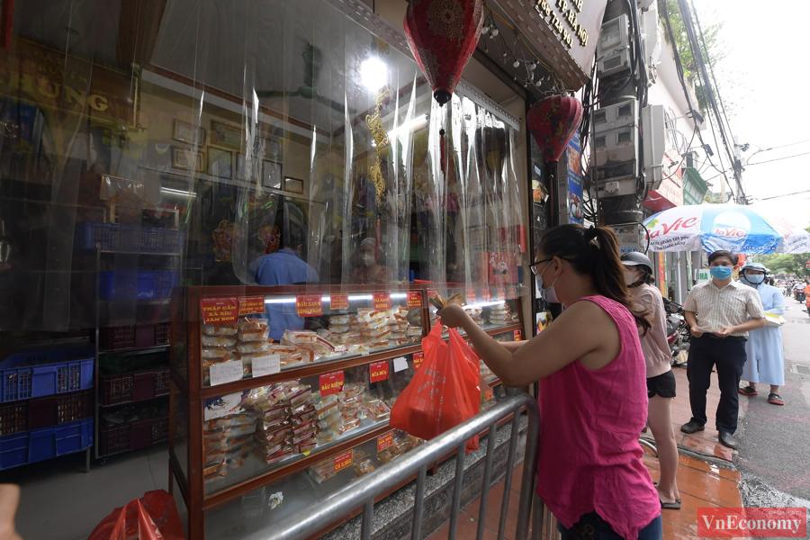 """Người dân Hà Nội xếp hàng giãn cách đợi mua bánh Trung thu tại """"vùng xanh"""" - Ảnh 4"""