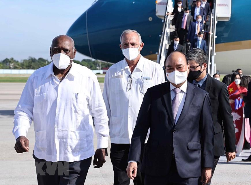 Ủy viên Bộ Chính trị, Phó Chủ tịch nước Cuba Salvador Valdes Mesa đón Chủ tịch nước Nguyễn Xuân Phúc tại sân bay Quốc tế Jose Marti Habani. Ảnh: TTXVN