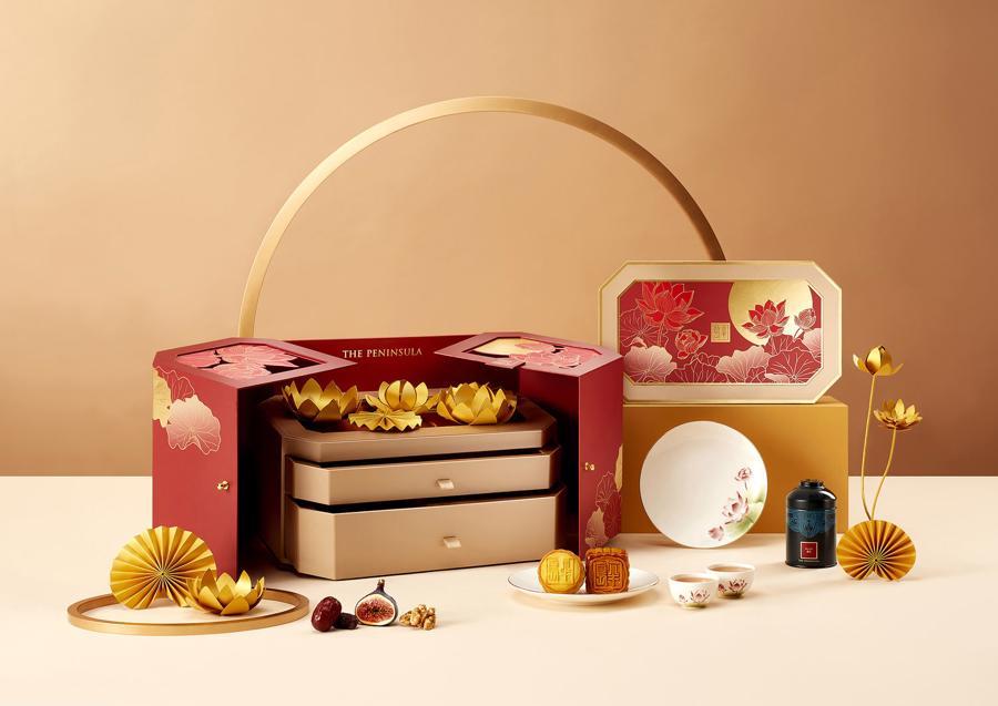 Khách sạn Peninsula của Hong Kong năm nay tung ra hộp quà Star Chef Moon Gazing mới có giá 294 USD.