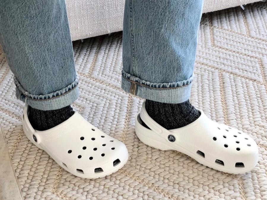 Những đôi giày nhựa đặc biệt cũng đã được thúc đẩy bởi xu hướng giày dép thoải mái khi ở nhà.