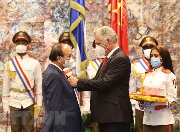 Chủ tịch Hội đồng Nhà nước và Hội đồng Bộ trưởng Cộng hòa Cuba Miguel Diaz Canel trao Huân chương Jose Marti cho Chủ tịch nước Nguyễn Xuân Phúc - Ảnh: TTXVN